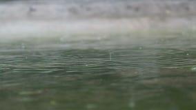 Regnen des Tropfens und der Blase im Wasser stock video footage