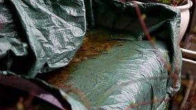 Regnen Sie das Fallen auf eine Bank mit Blättern auf ihr stock footage