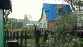 Regnen Sie das Fallen auf Holzhaus, Regenguß im alten Dorf, Wetter stock footage