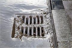 Regnen Sie das Fließen in ein RegenwasserAbwasserkanalsystem 2 stockbild