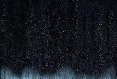 Regnen Sie die Tröpfchen, die hinunter ein Fenster, abstrakter Hintergrund laufen lizenzfreie stockfotos