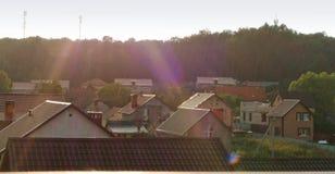 Regnen Sie durch die Sonne im Dorf, im Sommerregen und in der Sonne stockfotografie