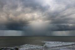 Regnen Sie gefüllte Sturmzelle als Teil des Hurrikans Jose nahe Garten-Stadt, NC lizenzfreie stockfotos