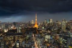 Regnen Sie Sturm über Tokyo-Stadt, Japan in der Nacht mit Überwendlingsnaht vorbei zu Lizenzfreie Stockfotos