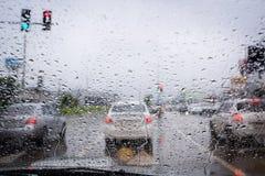 Regnen Sie Tropfen auf Autogras mit Bewegungsunschärfeeffekt, Konzept für Antrieb auf Regen Stockfotografie