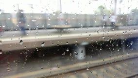 Regnen Sie Tropfen auf dem Fenster eines beweglichen Zugs stock footage
