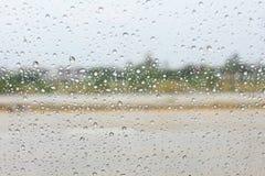 Regnen Sie Tropfen auf dem Glas des regnerischen Tages Stockfoto