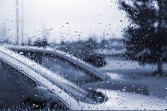 Regnen Sie Tropfen auf der Frontscheibe stockfotos