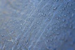 Regnen Sie Tropfen auf der Oberfläche einer touristisches Zelt genommenen Nahaufnahme Lizenzfreie Stockfotografie