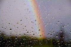 Regnen Sie Tropfen auf gladd mit Regenbogen des Himmels Stockbilder