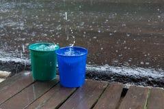 Regnen Sie Tropfen des Eimerwassers, das regnerische Wetter Lizenzfreies Stockbild