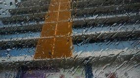 Regnen, wartend lizenzfreie stockfotografie