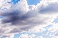 Regnende Wolken der blauen Himmel lizenzfreie stockfotos
