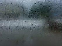 Regnerisch auf Fenster Lizenzfreies Stockbild