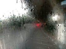 Regnerisch im Fenster stockfotografie