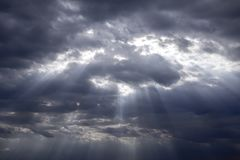 Regnerisch und stürmisch in den dunklen Wolken lizenzfreies stockbild