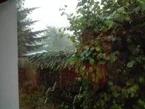 Regnerische Ansicht aus dem Fenster heraus Lizenzfreies Stockfoto
