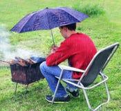 Regnerische Situation Schutzmessingarbeiter vom Regen stockbild