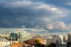 Regnerische Wolken über der Stadt bei dem Sonnenuntergang Landschaft, Stadtbild Stockfotos