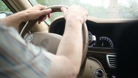 Am regnerischen Wetter die Autobahn fahren Hand auf Lenkrad stock video footage