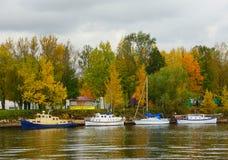 Regnerischer Abend des Herbstes auf der Krestovsky-Insel Lizenzfreie Stockfotografie