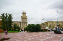 Regnerischer Abend des Herbstes auf Moskau-Allee Lizenzfreie Stockfotos