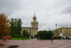 Regnerischer Abend des Herbstes auf Moskau-Allee Stockbilder