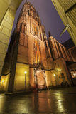 Regnerischer Abend durch Frankfurt-Kathedrale Stockfotos
