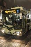 Regnerischer Abend Stadtbus Kyotos Lizenzfreie Stockfotos