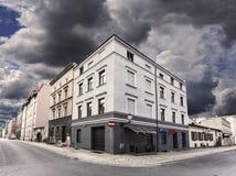 Regnerischer Himmel über Straßenecke in Chelmno, Polen Lizenzfreie Stockbilder