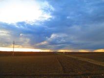 Regnerischer Himmel im Horizont lizenzfreie stockfotografie