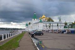 Regnerischer September-Tag an den Wänden des Ipatiev-Klosters Der goldene Ring von Russland Stockbilder