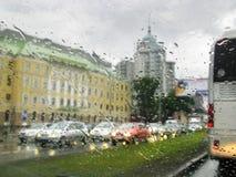 Regnerischer Stadtverkehr Stockfotografie