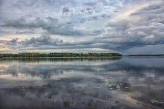 Regnerischer Tag auf dem See Stockfoto