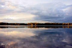 Regnerischer Tag auf dem See Stockbilder