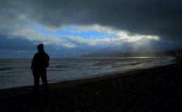 Regnerischer Tag auf einem Strand Lizenzfreie Stockbilder