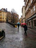 Regnerischer Tag in der Mitte von Stockholm im Vorfrühling Lizenzfreie Stockfotos