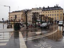Regnerischer Tag in der Mitte von Stockholm im Vorfrühling Stockbild