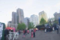 Regnerischer Tag in der Stadt Verzerrte Reflexion der Stadt und der Leute auf Metalloberfläche, erinnernd von der Kunst, Aquarell Lizenzfreie Stockfotografie