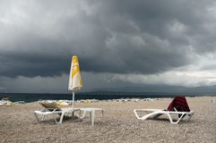 Regnerischer Tag im Strand Stockfotografie
