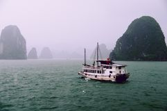 Regnerischer Tag Kramboot halong Buchtvietnams stockfotografie