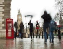 Regnerischer Tag mit Leuten in London lizenzfreies stockbild
