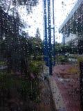 Regnerischer Tagesfenstergitter stockfotos