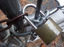 Regnerischer Tagesnasses Vorhängeschloß auf Chainlink-Tor lizenzfreie stockfotografie