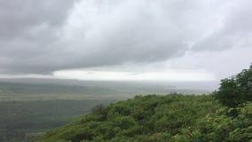 Regnerischer und bewölkter Tag in Waimea auf Kauai-Insel in Hawaii stock video footage