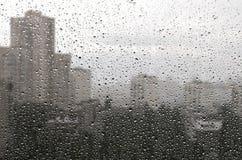 Regnerisches Fenster stockfotografie