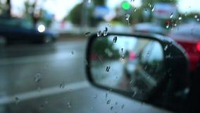 Regnerisches Wetter des Seitenrückspiegels, nasse Autostraßenstadt stock footage