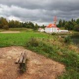 Regnig afton för höst på priorsklosterslotten, Gatchina Arkivbild