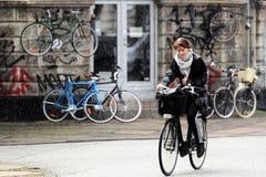 Regnig cykelritt Arkivfoton