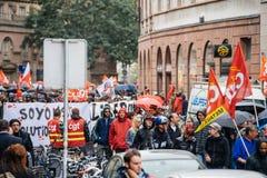 Regnig dag över den politiska marschen under fransk rikstäckande dag ag Royaltyfria Foton